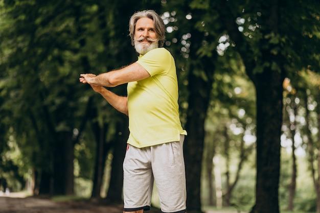 Man van middelbare leeftijd joggen in het bos Gratis Foto