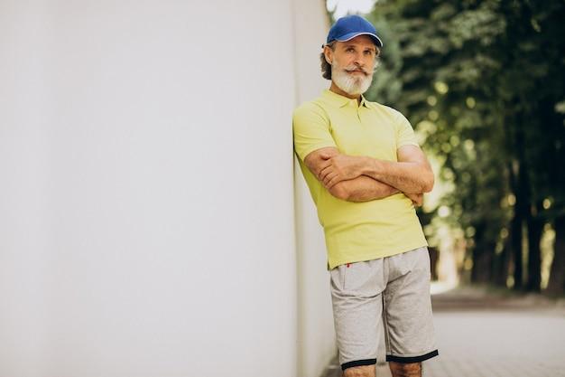 Man van middelbare leeftijd joggen in park Gratis Foto