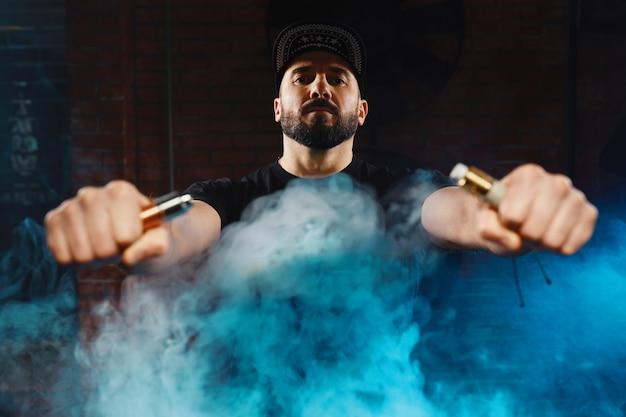 Man vaping een elektronische sigaret Gratis Foto