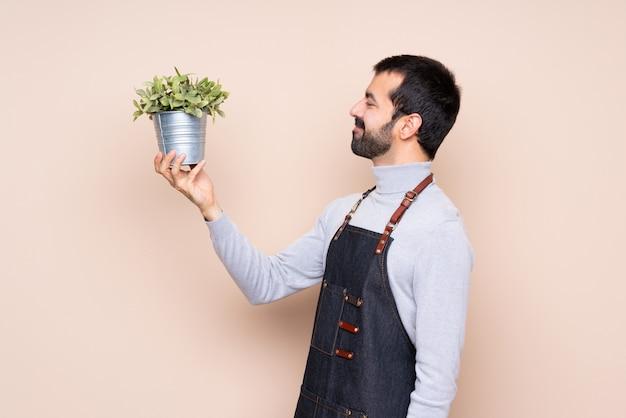 Man, vasthouden, plant Premium Foto
