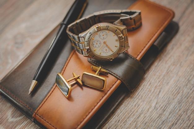 Man verschillende accessoires en notitieblok Premium Foto