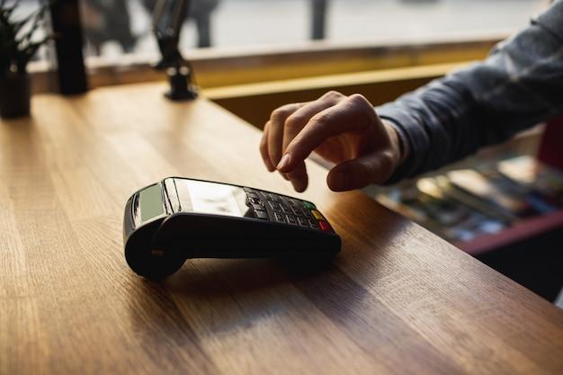 Man voert gegevens in een mobiele terminal Premium Foto
