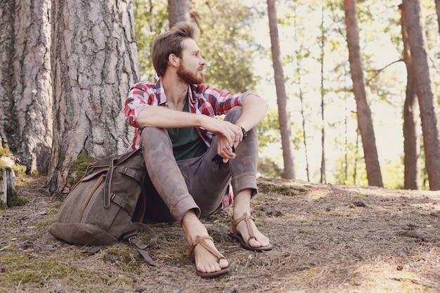 Man wandelen in het bos Gratis Foto