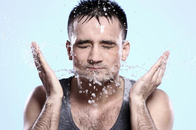 Man wast zijn gezicht Gratis Foto