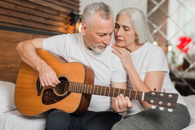 Man wijdt lied aan voor zijn vrouw Gratis Foto