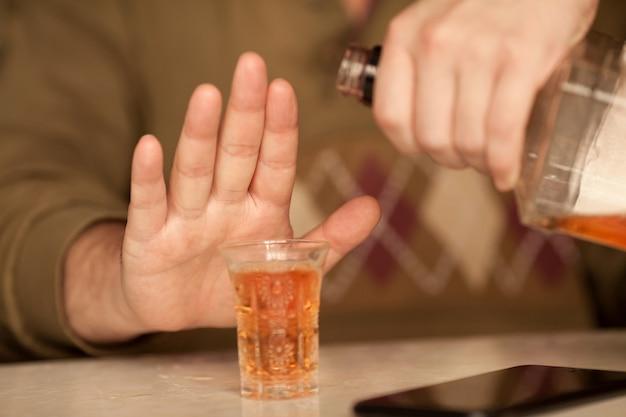 Man zegt niet meer tegen alcohol met zijn lichaamstaal Premium Foto