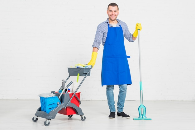 Man zijn huis schoonmaken Gratis Foto