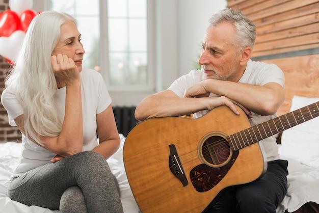 Man zingt in quitar voor vrouw Gratis Foto