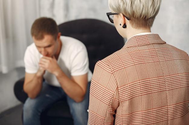 Man zit in het kantoor van de psycholoog en praat over problemen Gratis Foto