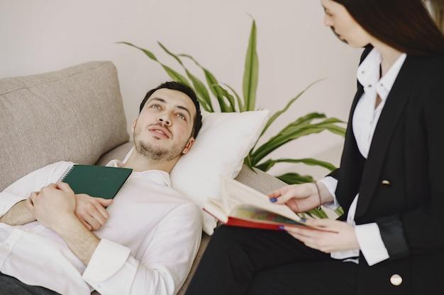 Man zit in het kantoor van de psycholoog en praten over problemen Gratis Foto