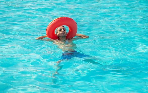 Man zwemt in een pool met een cirkel. Premium Foto