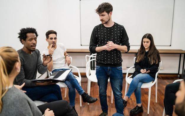 Manager leidt een brainstormvergadering met een groep creatieve ontwerpers op kantoor. leider en bedrijfsconcept Gratis Foto