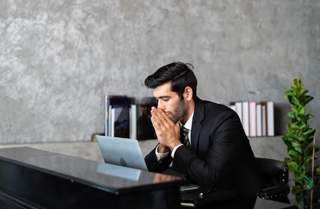 Manager thuiswerk gestrest overweldigd werken op de computer, last van vermoeidheid van de ogen of pijnlijk Premium Foto
