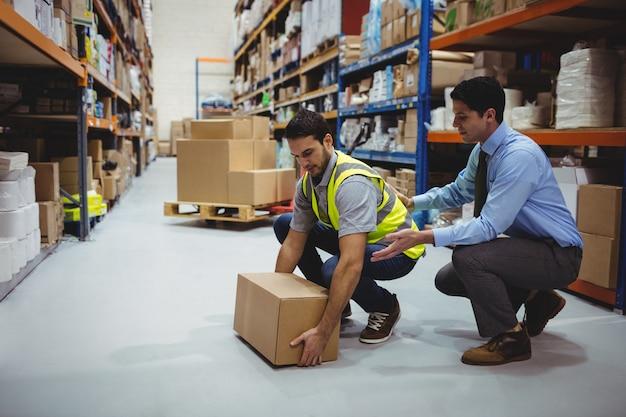 Manager training werknemer voor gezondheids- en veiligheidsmaatregelen in een groot magazijn Premium Foto