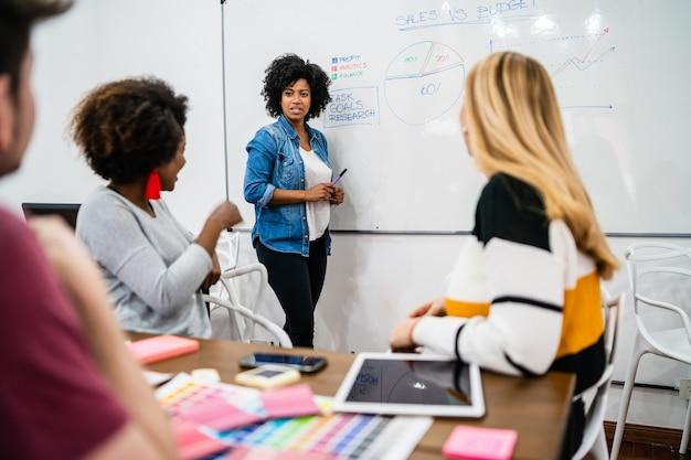 Manager vrouw leidt een brainstormvergadering Gratis Foto
