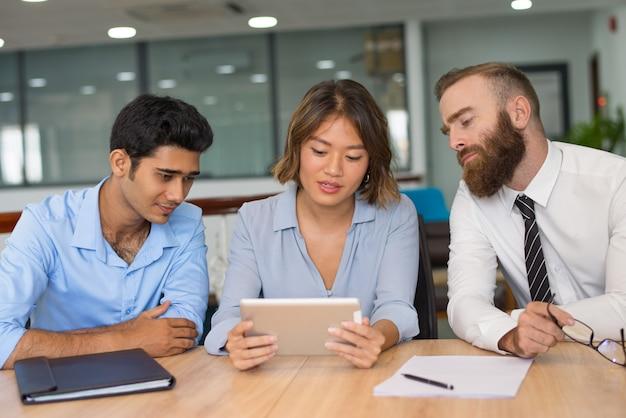 Managers analyseren verkoopresultaten Gratis Foto