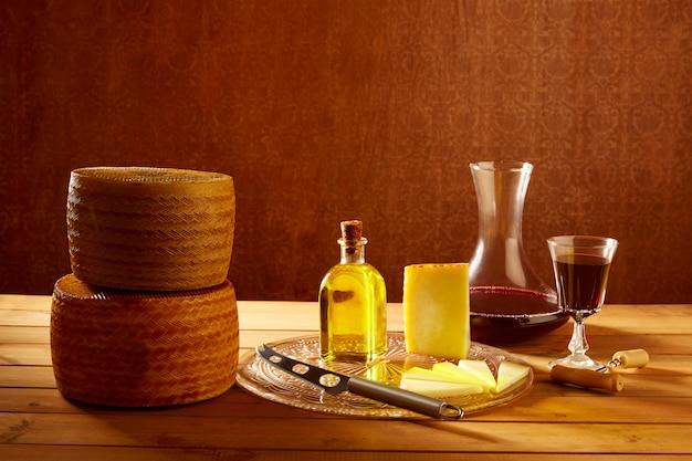 Manchegokaas van spanje op houten lijst Premium Foto