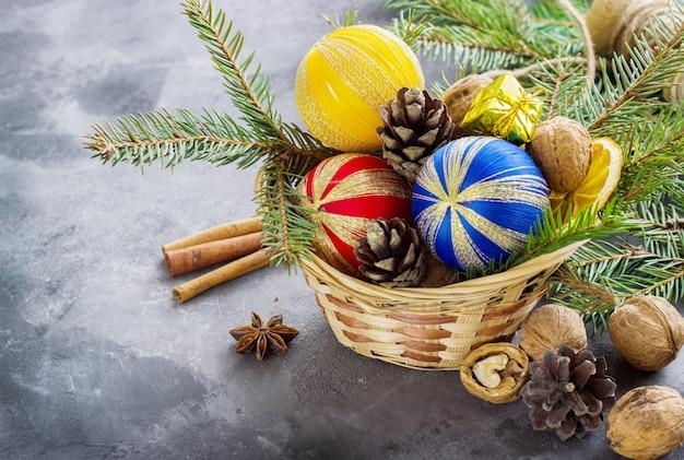 Mand vol kerstattributen en huidige dozen op een donkere ondergrond. kerst samenstelling Premium Foto