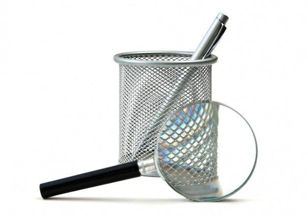 Mand voor potloden en vergrootglas geïsoleerd Premium Foto