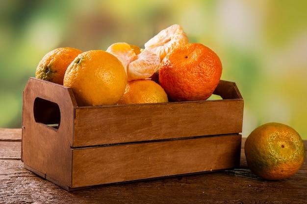 Mandarijn vak op houten tafel Premium Foto