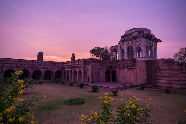 Mandu india, afghaanse ruïnes van islamkoninkrijk, moskeemonument en moslimgraf Premium Foto