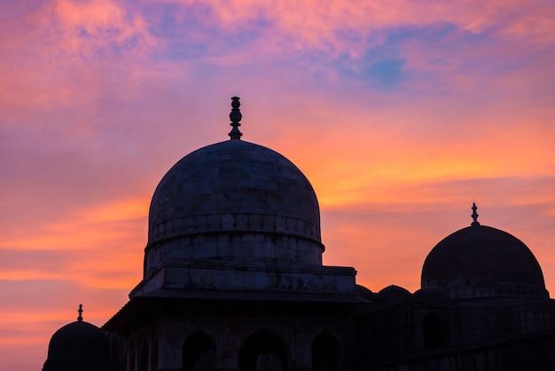 Mandu india, afghaanse ruïnes van islamkoninkrijk, moskeemonument en moslimtom Premium Foto