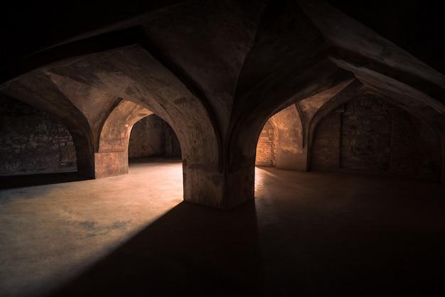 Mandu india, afghaanse ruïnes van islamkoninkrijk, paleisbinnenland, moskeemonument en moslimgraf. Premium Foto