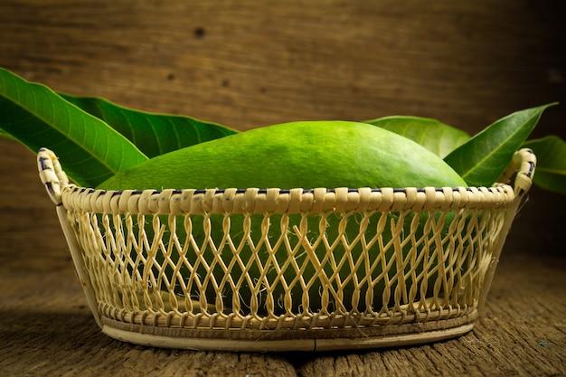 Mango groen in mand op hout. aziatische. ochtend- Premium Foto