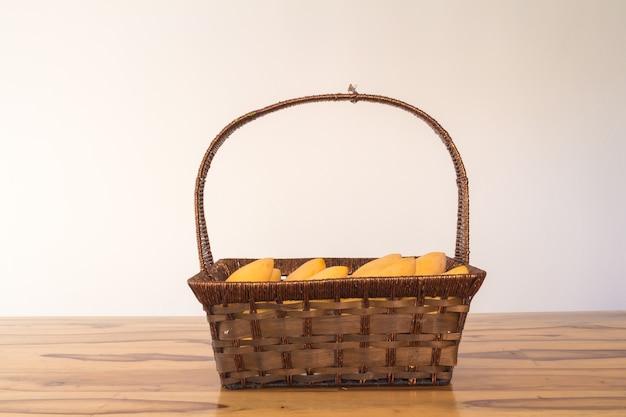 Mango in mand op tafelwijnoogst Premium Foto