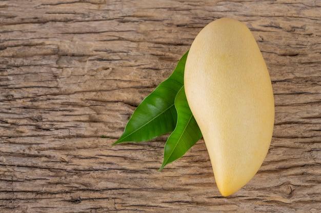 Mango op houten vloer geplaatst. Gratis Foto