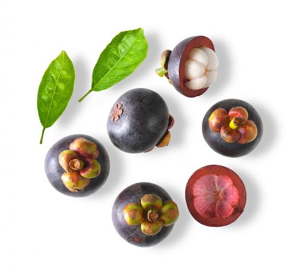 Mangostan zoet fruit dat op witte ruimte wordt geïsoleerd. bovenaanzicht Premium Foto
