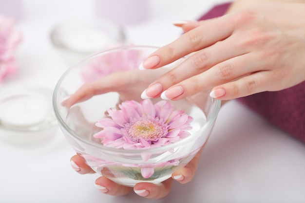 Manicure en hands spa, mooie vrouw handen close-up Premium Foto