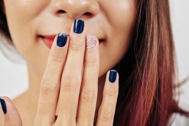 Manicure met eenvoudig ontwerp Premium Foto