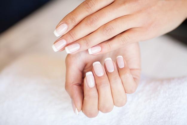 Manicure. nagelsmeester die manicure in schoonheidsstudio doen Premium Foto