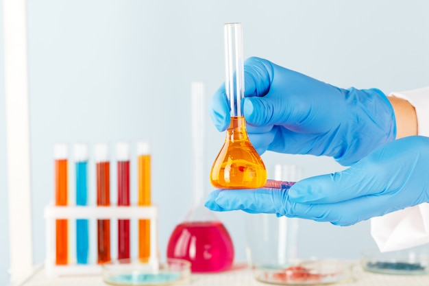 Manipulaties met chemische containers van laboratoriumglas op tafel Premium Foto