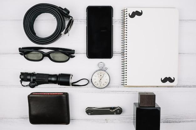 Mannelijke apparaten en accessoires op het bureau Gratis Foto