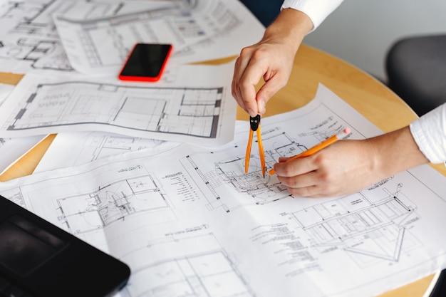 Mannelijke architect tekening blauwdrukken op kantoor werkplek Premium Foto