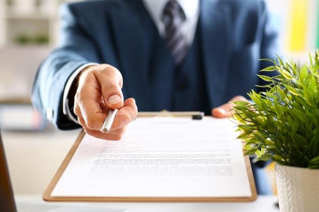Mannelijke arm in pak bieden contractvorm op klembord Premium Foto