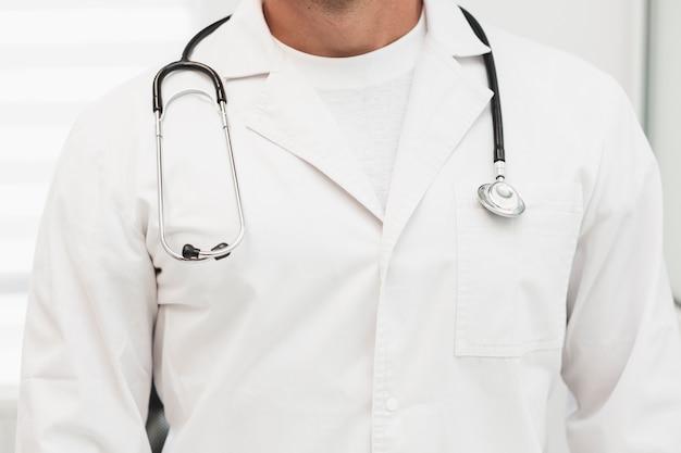 Mannelijke artsenrobe met stethoscoop op schouders Gratis Foto