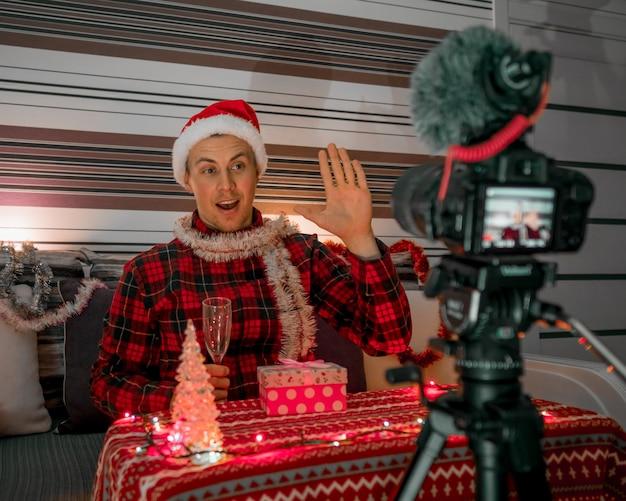 Mannelijke blogger met kerstcadeautjes voor vakantie Premium Foto