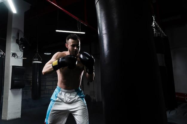 Mannelijke bokser training voor een nieuwe wedstrijd Gratis Foto