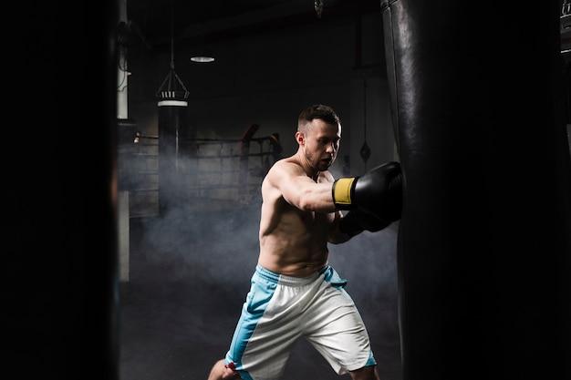 Mannelijke bokser training voor een wedstrijd Gratis Foto