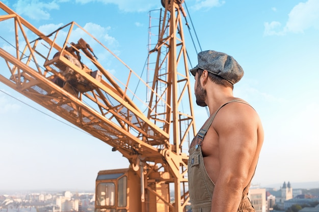 Mannelijke bouwer bij de bouw Gratis Foto
