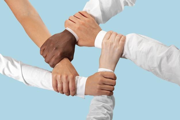 Mannelijke en vrouwelijke handen houden geïsoleerd op blauw. Gratis Foto