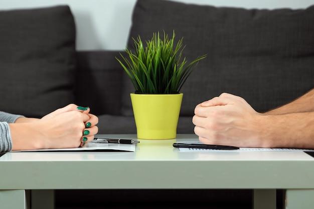Mannelijke en vrouwelijke handen zijn tegenover elkaar gevouwen Premium Foto