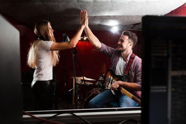 Mannelijke en vrouwelijke juichen in de studio Gratis Foto