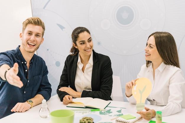 Mannelijke en vrouwelijke ondernemers met gloeilamp pictogram Gratis Foto