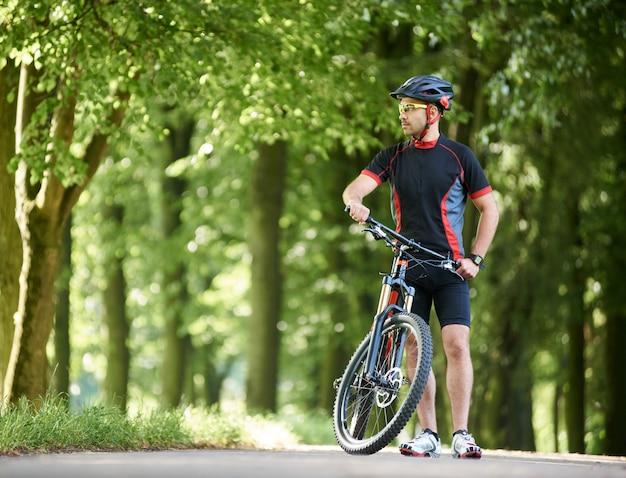 Mannelijke fietser in het park Premium Foto