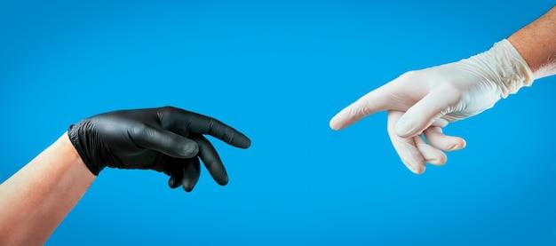 Mannelijke handen met handschoenen Gratis Foto
