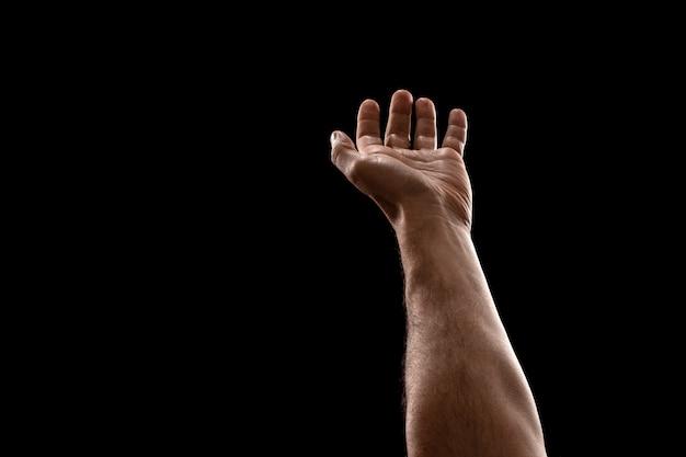 Mannelijke handenclose-up die op zwarte achtergrond wordt geïsoleerd. Premium Foto